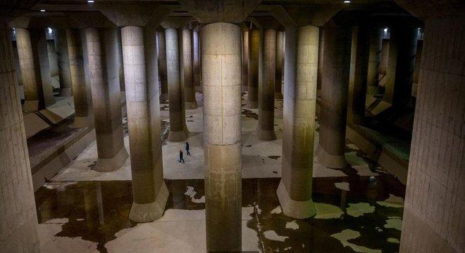 Na cisterna do reservatório que mais parece um templo, pilastras de 500 toneladas sustentam o teto