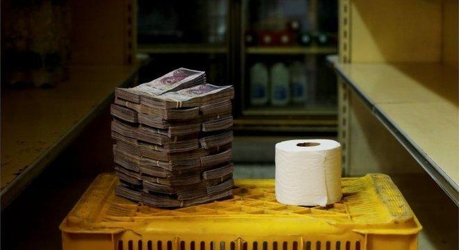 A pilha de bolívares necessária para comprar um papel higiênico; o governo de Maduro cortou alguns zeros da moeda para tentar conter a desvalorização