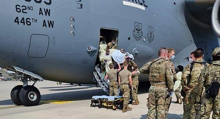Piloto baixou a altitude de avião para salvar a vida de afegã, informou a Força Aérea americana