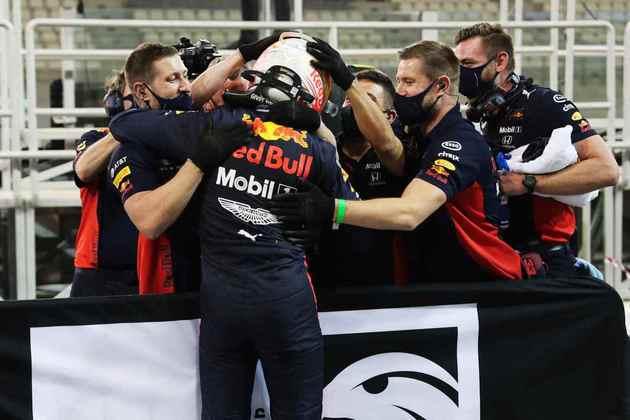Piloto comemora a pole-position surpreendente com a equipe.