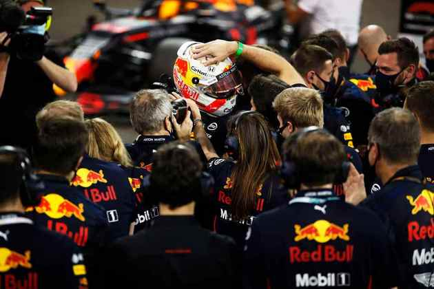 Piloto comemorou a vitória com membros da equipe.