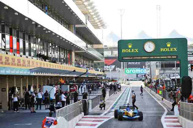 Piloto deixa o pit-lane em Abu Dhabi para a exibição especial.