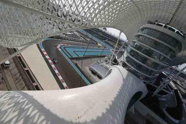Piloto italiano guiando no moderno circuito de Abu Dhabi.
