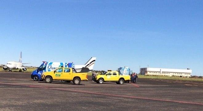 Equipes de emergência aguardaram o pouso da avião no aeroporto de Campo Grande