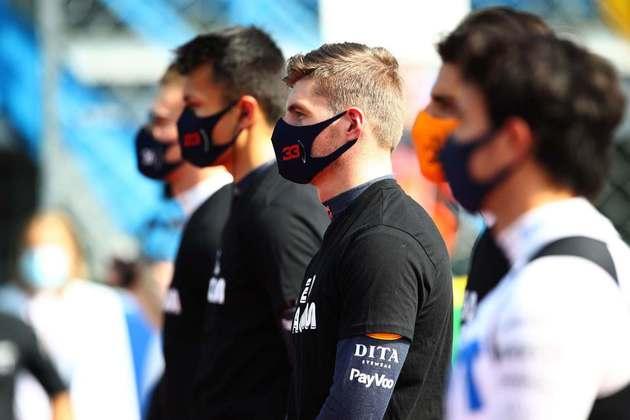 Pilotos em protesto contra o racismo antes do GP da Itália