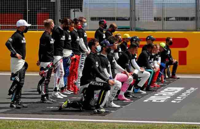 Pilotos se ajoelharam em protesto antirracista antes da corrida