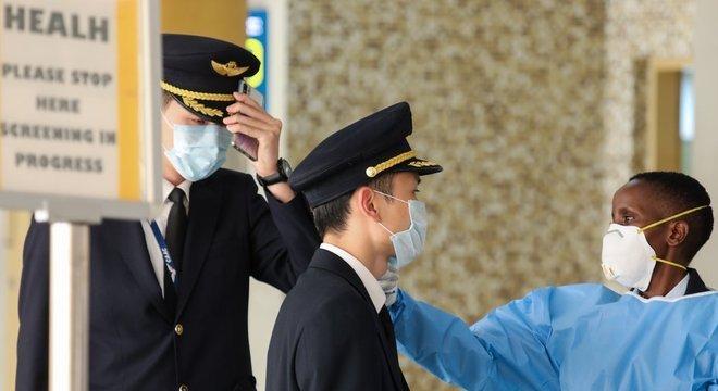 Diversos países têm retirado seus cidadãos do epicentro do surto na China