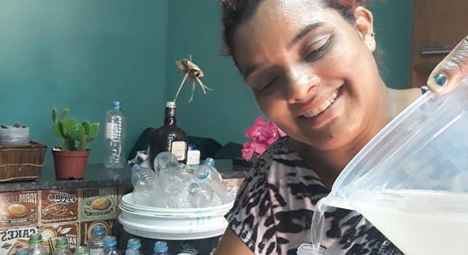 """Com R$70,00 Cacilda fabricou 350 kits de higiene: """"Era tudo o que eu tinha"""""""