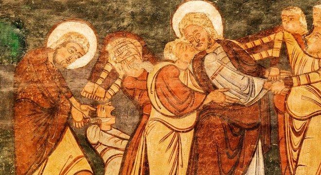 Pintura bizantina retrata a traição no jardim de Getsemani: Judas beija Jesus e Pedro corta a orelha do centurião