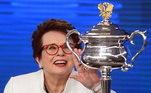 Quando o assunto é pioneirismo feminino, a tenista Billie Jean King não pode ser esquecida. Ela foi uma das principais atletas da modalidade nos anos 70, com conquistas de 12 Grand Slams, os mais importante torneio de tênis do mundo. Além disso, foi importante na luta contra a desigualdade de gênero e protagonizou a 'Batalha dos Sexos', partida amistosa que jogou contra Bobby Riggis. O jogo virou filme, em 2017, chamado de 'A Guerra dos Sexos'