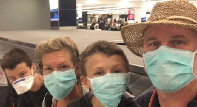 Família estava no aeroporto esperando para embarcar para Austrália