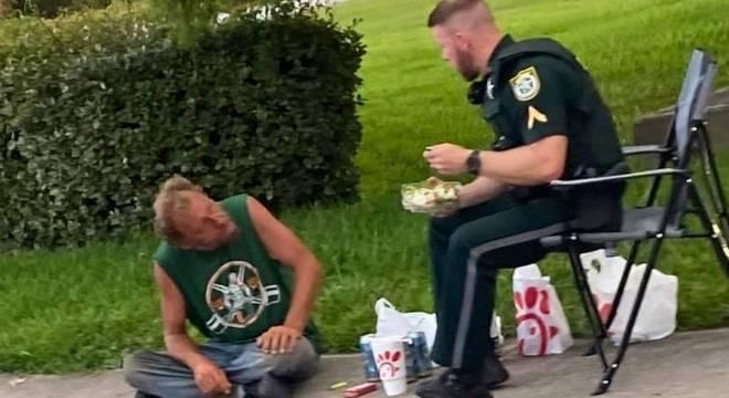 Policial levou comida de um fast-food para ele e o sem-teto comerem