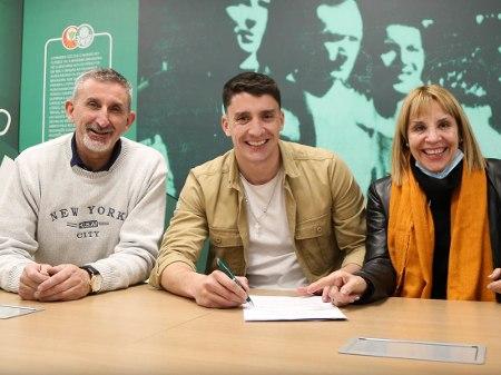 Piquerez veio com os pais. E assinou contrato até 2025 com o Palmeiras