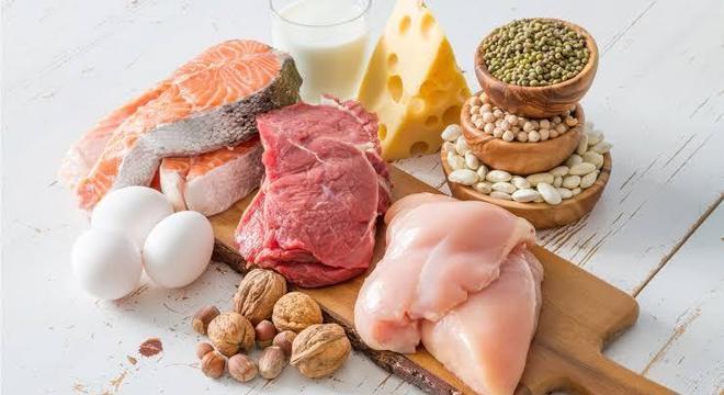 Pirâmide alimentar - carboidratos, legumes, carnes, gordura e açucares