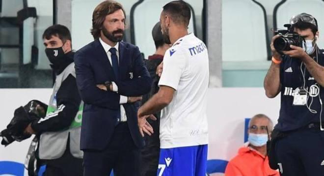 Antes do jogo, Pirlo papeia com Quagliarella, um ex-companheiro de Juve