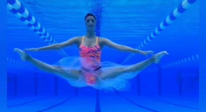 Silvia faz apresentações musicais dentro da piscina