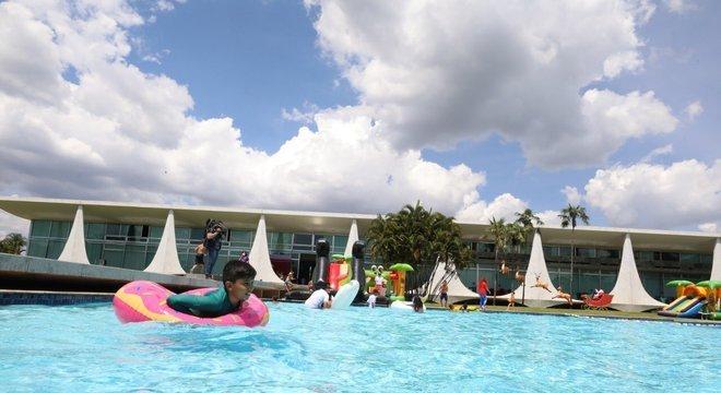 Crianças do Sol Nascente na piscina do Palácio da Alvorada em Brasília nesta semana