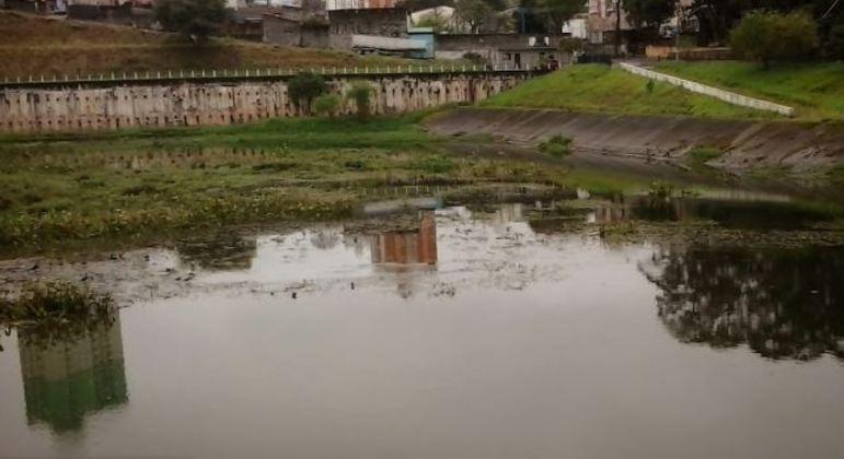 Corpo de homem desaparecido após chuvas foi encontrado às margens de piscinão