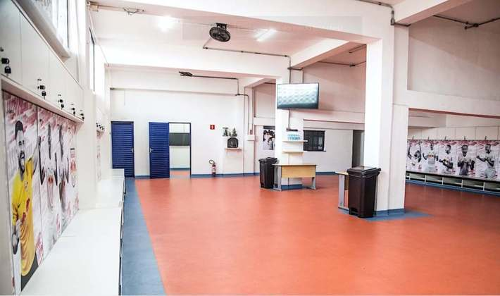 Piso do vestiário é de borracha. A reforma retirou o antigo piso, que era formado por grama sintética.