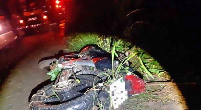 Pista estava molhada no momento do acidente. Motorista do caminhão não se feriu