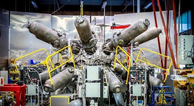 O sistema de compressão do reator da General Fusion tem enormes pistolas de pressão