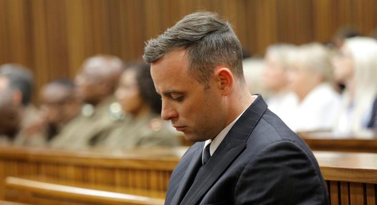 Oscar Pistorius diz que confundiu a namorada com um ladrão