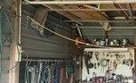 Uma píton-carpete encontrou um baita esconderijo entre as ferramentas mantidas na caragem de uma casa, em um subúrbio de Brisbane, na Austrália