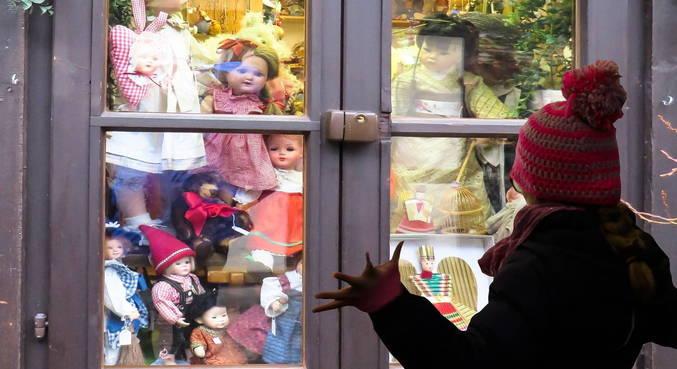 Criança diante das bonecas: situação grave exige medidas extremas