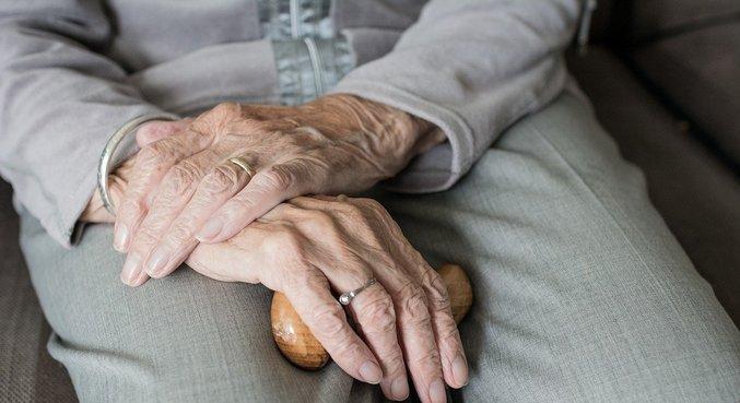 Dificuldade de pagar as contas cresceu 17 pontos percentuais entre os idosos em 3 anos