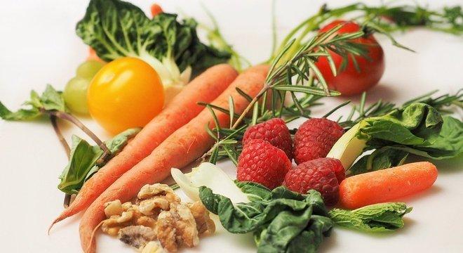 Armazenar frutas e vegetais corretamente ajuda a mantê-los por mais tempo