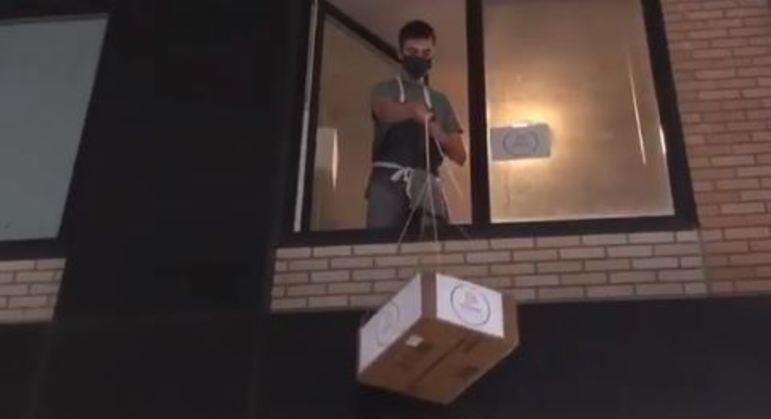 Homem começou a fazer entregas pela janela de seu apartamento