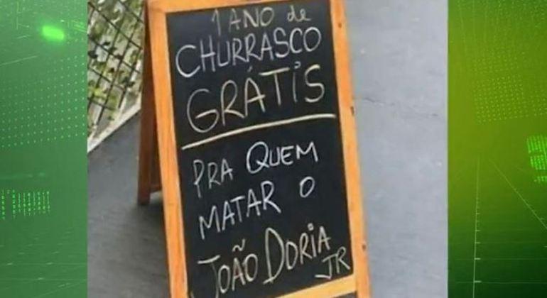 Comerciante faz ameaça ao governador em placa posta na frente de restaurante em SP