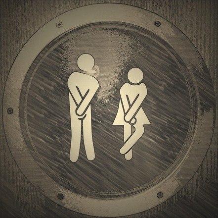 Segurar o xixi pode causar cistite ou infecção urinária? Cistite é uma inflamação, sendo que a mais comum ocorre por uma bactéria, classificada como cistite bacteriana, também chamada de infecção urinária. Portanto, segurar o xixi não vai causar esse problema. Porém, quem bebe pouco líquido e deixa para urinar quando a bexiga está extremamente cheia - períodos que podem chegar a até 6 horas - pode dar mais chance para a bactéria alcançar a bexiga e se instalar, originando a infecção. Desse modo, a infecção não está associada a segurar o xixi, mas sim a ingerir pouco líquido, pois quem bebe muito não consegue aguentar períodos tão longos sem ir ao banheiro