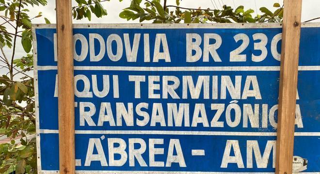 Linha de chegada: placa na cidade de Lábrea marca o fim da rodovia