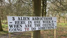 Placa em floresta relata abduções por aliens e omissão de autoridades