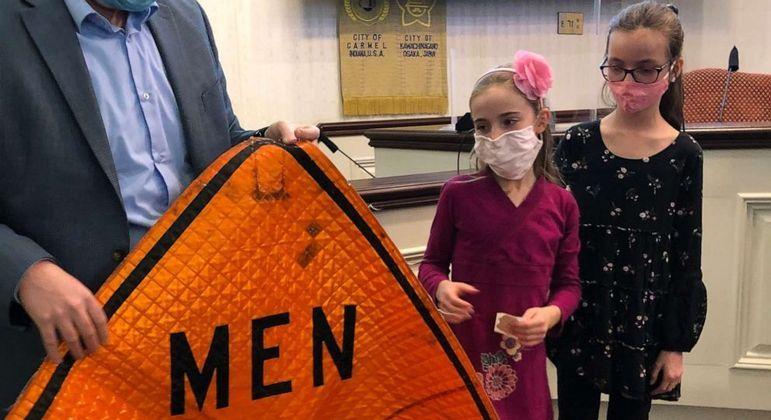 Irmãs mudaram a placa local onde sinalizava que apenas homens trabalhavam no local