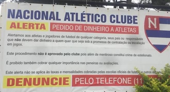 Placa faz alerta sobre pedido de dinheiro a atletas e suas famílias
