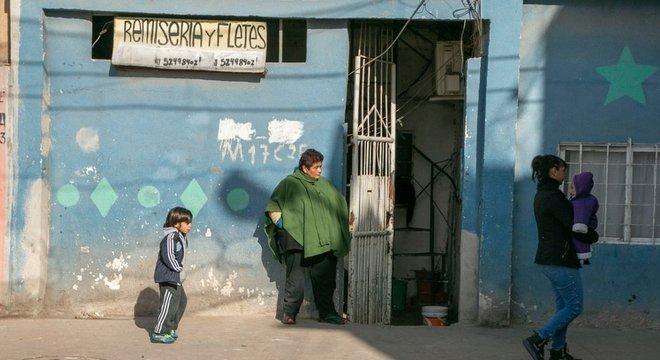 Placa oferece serviço de frete: renda da maioria das famílias vem do trabalho informal ou do benefício pago aos trabalhadores da 'economia solidária', que atuam nos refeitórios ou na coleta de lixo na comunidade