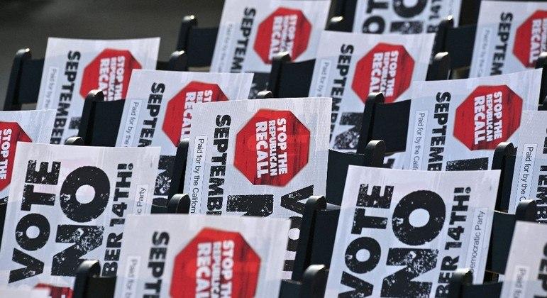 """Democratas fazem campanha com cartazes pedindo votos """"não"""" em referendo desta terça"""