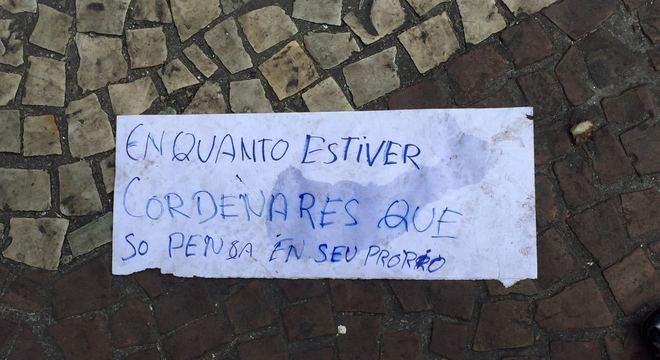 Placa feita pelos moradores em protesto contra a liderança da ocupação
