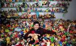 Percival Lugue, que detém o recorde mundial do Guinness de maior coleção de brinquedos de fast-food, posa em frente a ela, em sua casa em Apalit, província de Pampanga, Filipinas (20/04)