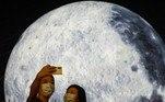 Homem e mulher tiram selfie em frente a balão gigante em formato de lua durante oFestival do Meio Outono, em Hong Kong, na ChinaNão saia daí! Vem tranquilo: leopardo persegue gato, mas acha adversário à altura