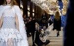 Segurança remove ativista de desfile do estilista Nicolas Ghesquiere para a grife Louis Vuitton,durante a Paris Fashion Week