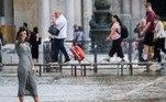 Mulher anônima tira selfie durante o pico da maré na Praça de São Marcos, na cidade italiana de VenezaBombou no HORA 7!Rinoceronte lança búfalo de quase 1 tonelada ao ar em savana
