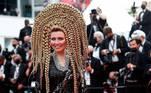 Esta é a atriz Elena Lenina mostrando que não tem qualquer timidez para esconder o cabelo. Na imagem, ela posa durante a abertura do 74º Festival de Cannes, na França