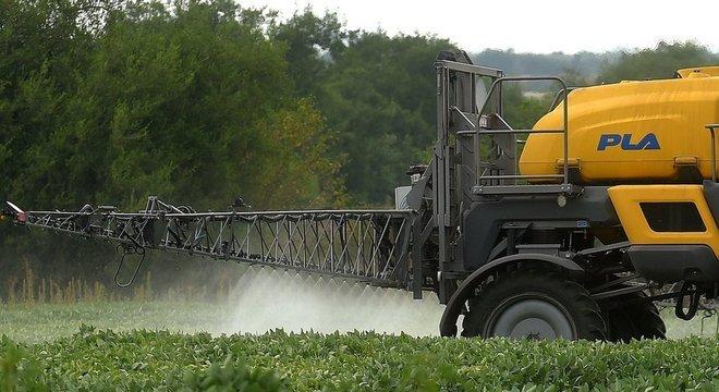 Herbicidas contendo glifosato são muito usados por agricultores