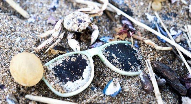 Substitutos naturais para plásticos podem ajudar a reverter a maré crescente de resíduos plásticos nos oceanos