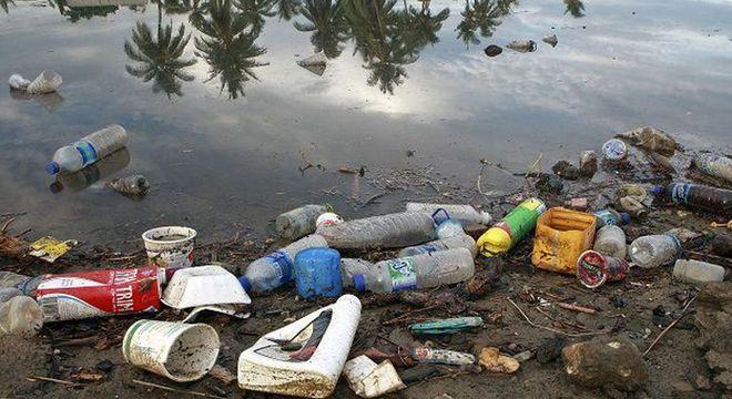 Plástico acumulado no fundo dos oceanos não se decompõe facilmente