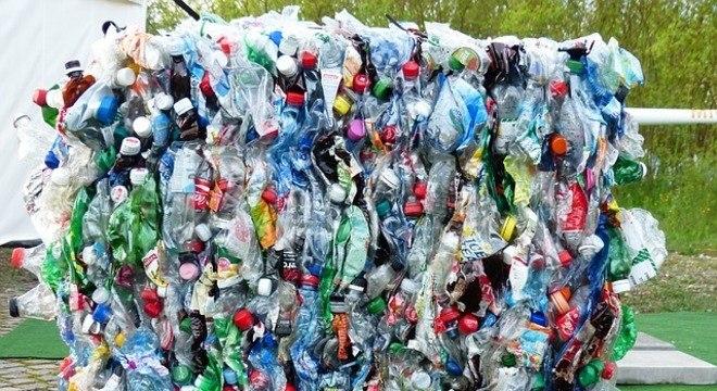 Plásticos poluentes se transformaram em casas ecológicas no México
