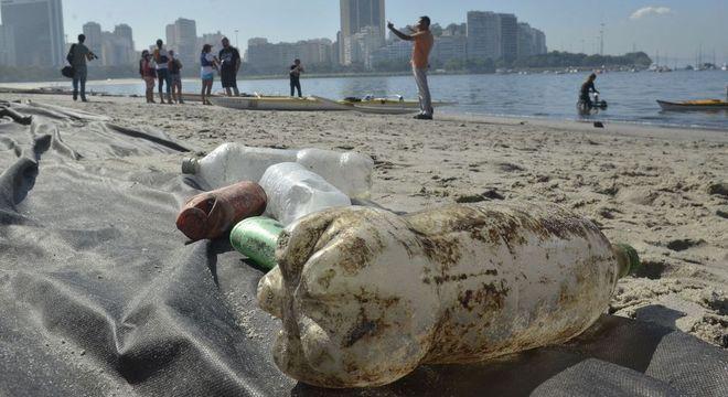 Plástico e restos de cigarro representam mais de 90% dos resíduos no mar